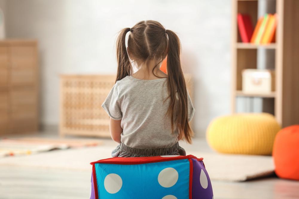 دختری دارای بیماری اوتیسم