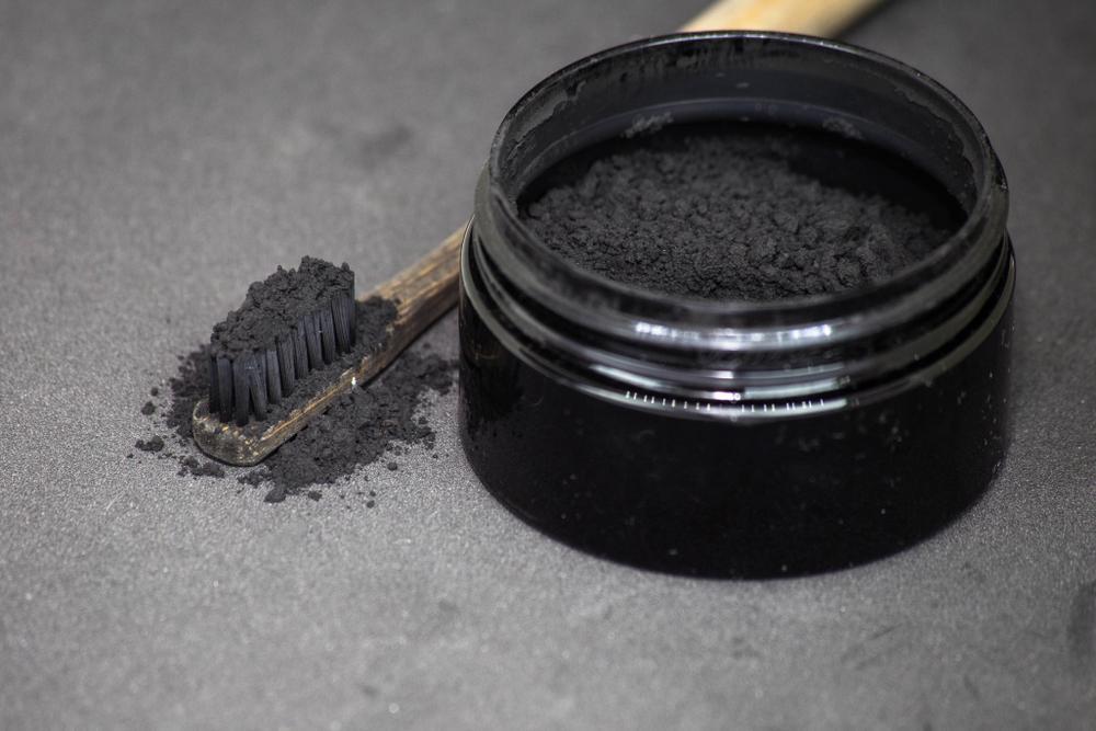 سفید کردن دندان با زغال فعال