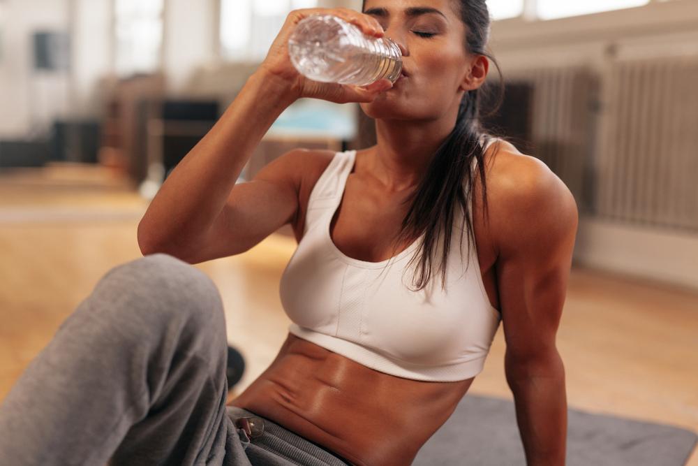 نوشیدن آب یکی از راه های لاغر شدن سریع در خانه