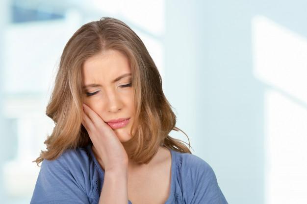 کمپرس یخ برای تسکین درد دندان