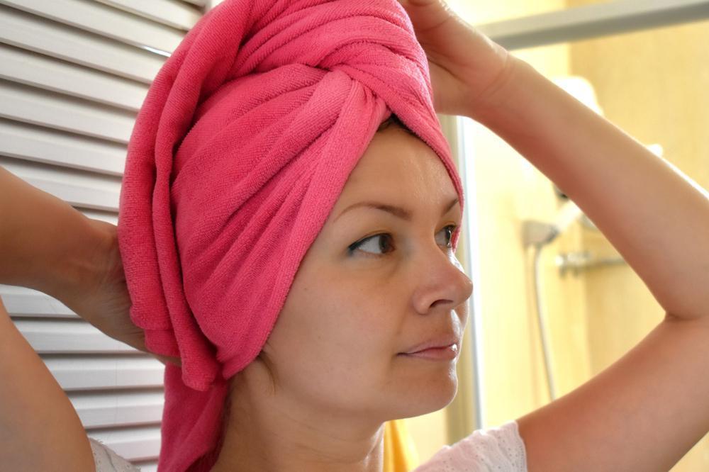 خشک کردن مو با حوله و موخوره گرفتن